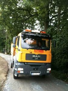Nur mit dem Truck noch massiver unterwegs als mit seiner Bassposaune. Gerald im LKW des Familienunternehmens Pöttinger Baggerungen.